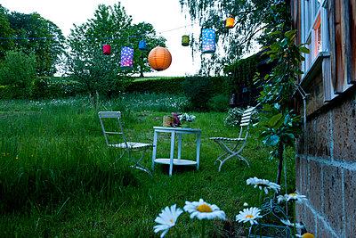 Lampions im Garten - p533m925184 von Böhm Monika