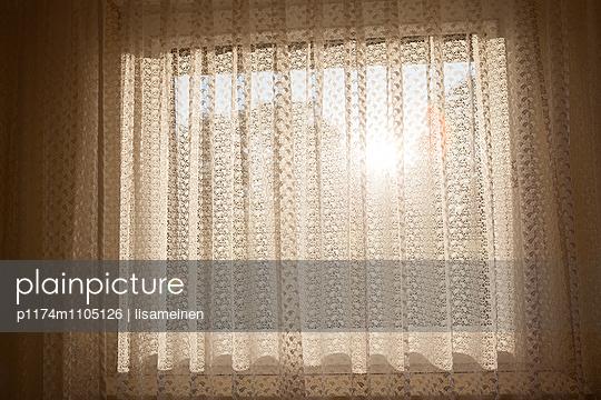 Sonnenschein durchs Fenster - p1174m1105126 von lisameinen