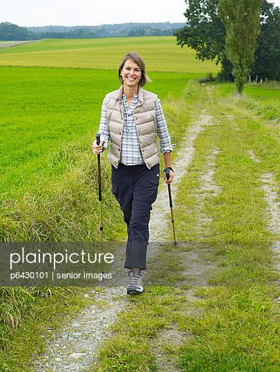 Frau beim Nordic Walking  - p6430101 von senior images