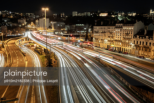 France, Motorway in Lyon at night - p910m2182338 by Philippe Lesprit