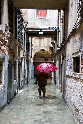 Acqua Alta (Hochwasser) in einer Gasse, Venedig - p1493m1584646 von Alexander Mertsch