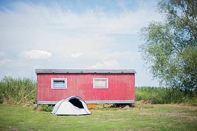 Zelt vor Wohnwagen - p1509m2031760 von Romy Rolletschke