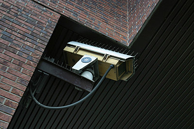 Überwachungskamera an der Wand - p2001653 von Jean-François Brière