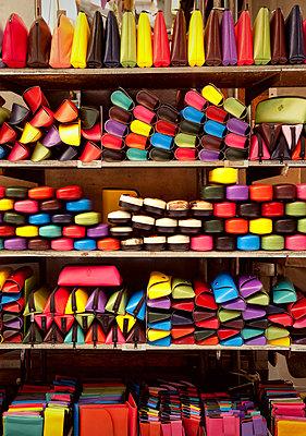 Lederwaren in Florenz - p382m1525175 von Anna Matzen