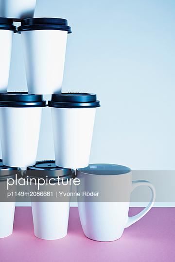 Kaffeebecher und Tasse - p1149m2086681 von Yvonne Röder