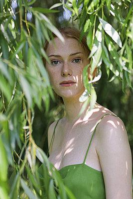 Frau beobachtet aus Versteck - p045m2193008 von Jasmin Sander