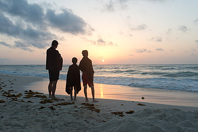 Familie am Strand - p1116m1217037 von Ilka Kramer