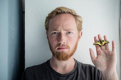 Man holding butterfly - p1437m1502377 by Achim Bunz