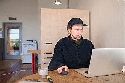Man working on laptop - p312m1338638 by Viktor Holm