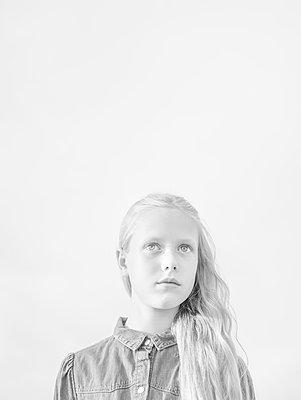 Girl, portrait - p552m2116805 by Leander Hopf