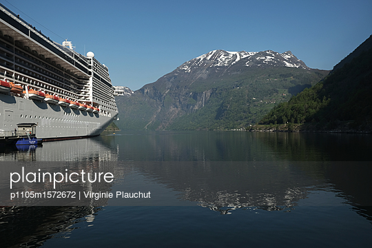 Cruise - p1105m1572672 by Virginie Plauchut