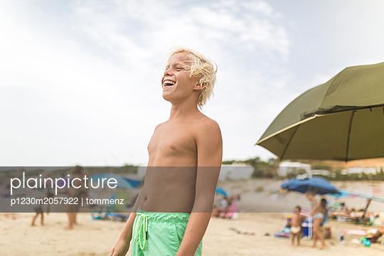 Junge am Strand - p1230m2057922 von tommenz