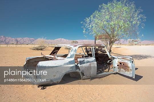 Autowrack in der Wüste - p1486m1564250 von LUXart