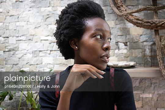 Dark-skinned woman looking sideways, portrait - p1640m2260067 by Holly & John