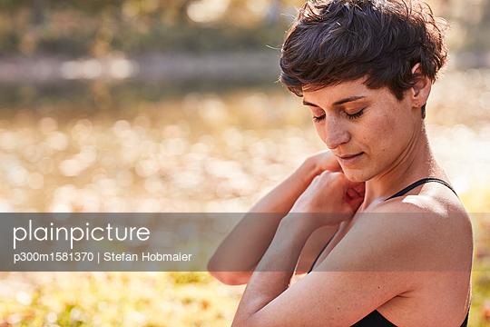 Mid adult woman practicing yoga, meditation - p300m1581370 von Stefan Hobmaier