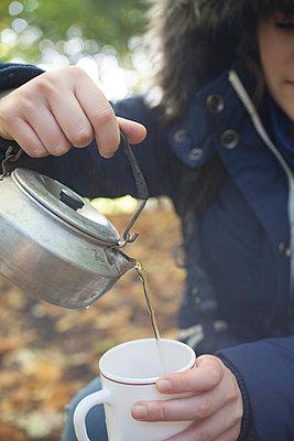 Tee kochen im Freien - p1197m1091105 von Stefan Bungert