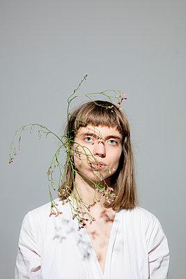 Junge Frau mit Zweig hinter dem Ohr - p1212m1111241 von harry + lidy