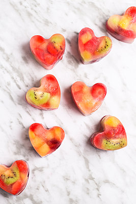 Homemade heart-shaped ice cubes on marble - p300m1581685 von Retales Botijero