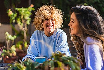 Cheerful mother and daughter at back yard - p300m2276885 by Manu Padilla Photo