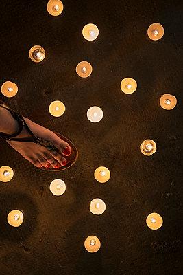 Teelichter auf Fußboden - p335m1041650 von Andreas Körner