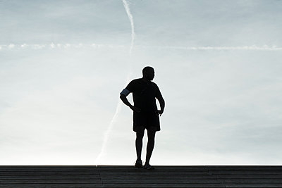 Silhouette of a jogger - p445m1184770 by Marie Docher