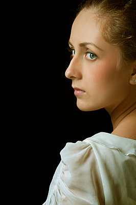 Beautiful girl looking away white vintage - p794m778088 by Mohamad Itani