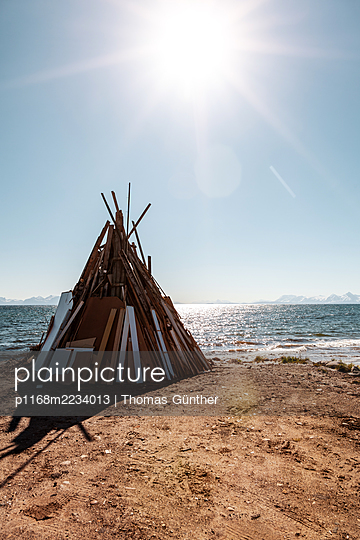 Norwegen, Midsummer Festival, Stacked wood - p1168m2234013 by Thomas Günther