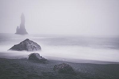 Foggy Beach at Reynisfjara - p1512m2037941 von Katrin Frohns