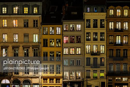 Frankreich, Lyon, Häuserzeile bei Nacht - p910m2182363 von Philippe Lesprit