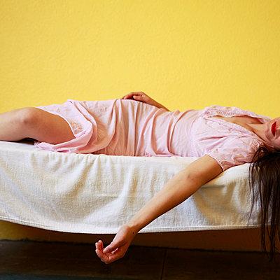 Sleeping woman wearing nightgown - p1105m2082567 by Virginie Plauchut