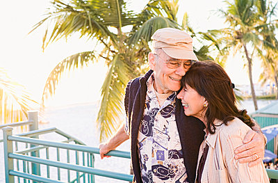 Older couple hugging outdoors - p555m1304740 by PBNJ Productions