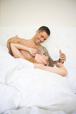 Couple in love in bed - p1640m2259593 by Holly & John
