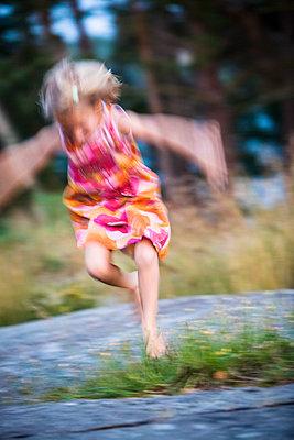 Girl jumping - p312m1139672 by Lieselotte Van Der Meijs