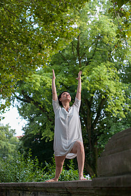 Doing yoga in the park - p586m879942 by Kniel Synnatzschke