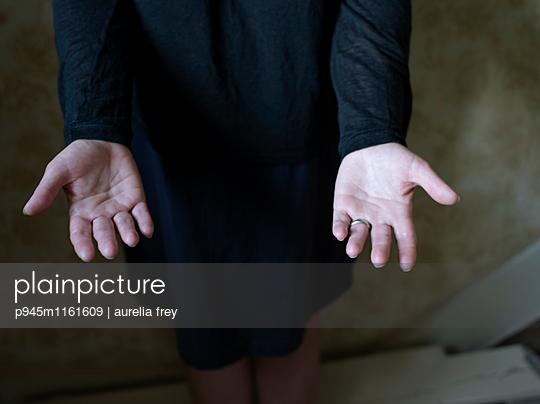 Handflächen einer Frau - p945m1161609 von aurelia frey