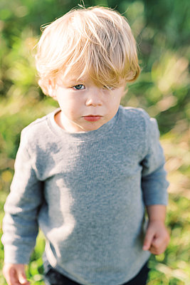 Little boy looking at the camera. - p1166m2151898 by Cavan Images