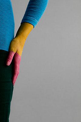Rosa Hand - auf Hüfte - p1212m1128272 von harry + lidy