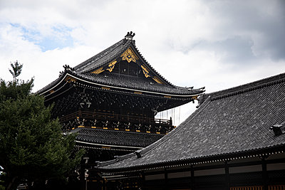 Japan, Kyoto Prefecture, Kyoto City, Black tiled roofs of Buddhist temple - p300m2154470 by Andrés Benitez