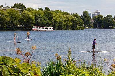 Freizeitsport auf der Alster - p324m815432 von Bildagentur Hamburg
