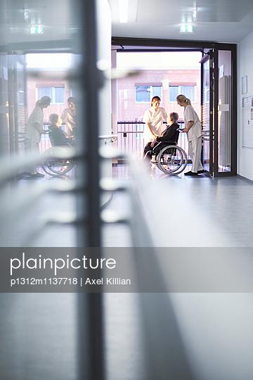 Krankenschwestern Patientin Rollstuhl - p1312m1137718 von Axel Killian
