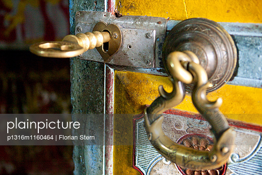 Schlüssel in der Tür zum Eingang in den Dowa Felsentempel, Ella, Hochland, Sri Lanka, Asien - p1316m1160464 von Florian Stern