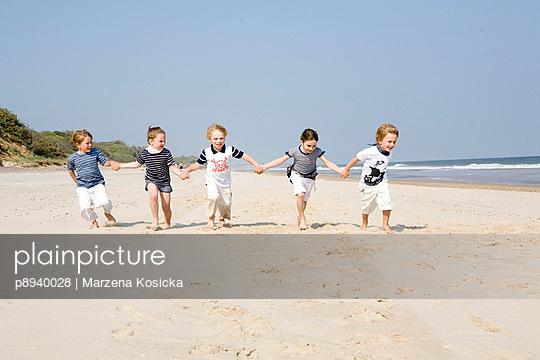 Kleine Kinder im Gegenwind - p8940028 von Marzena Kosicka