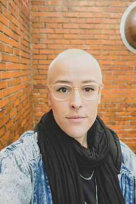 Frau mit kurzen blonden Haaren  - p1345m1222195 von Alexandra Kern