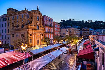 France, Provence-Alpes-Cote d'Azur, Nice, Old town, Cours Saleya, market at dawn - p300m2004459 von Artur Bogacki