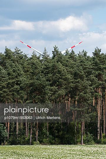 Windkraft im Wald - p1079m1553063 von Ulrich Mertens