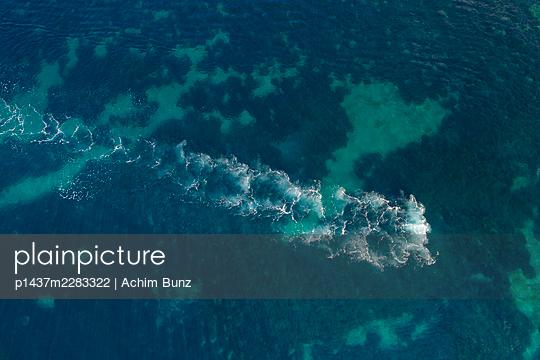 Blick auf Kielwasser im blauem Meer, Luftaufnahme - p1437m2283322 von Achim Bunz