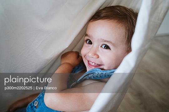 Baby girl on hammock at home - p300m2202525 by Eva Blanco