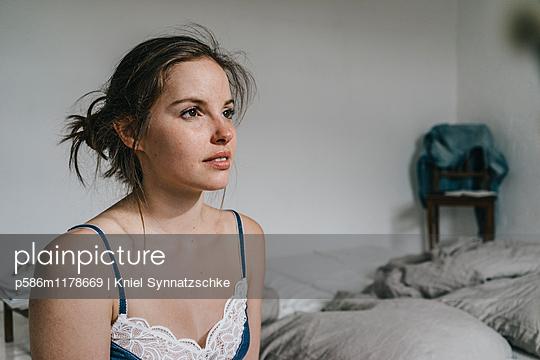 Porträt einer jungen Frau im Nachthemd - p586m1178669 von Kniel Synnatzschke