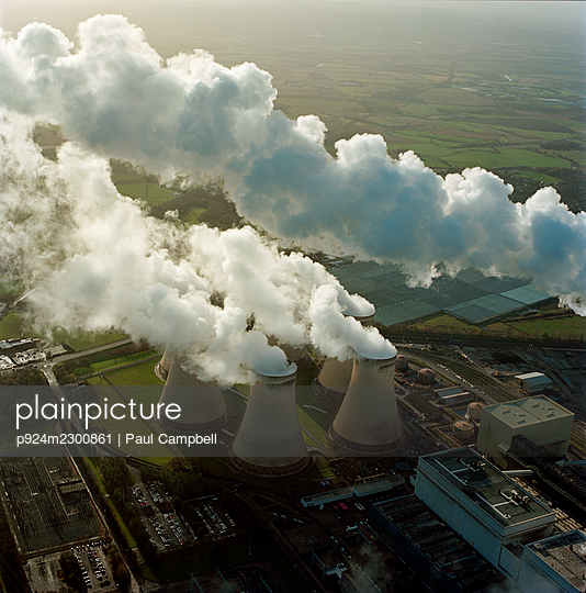 UK, North Yorkshire, Aerial view of steam rising fromÌ_DraxÌ_Power Station - p924m2300861 by Paul Campbell