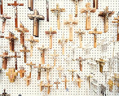 Kruzifixe an der Wand - p1205m1021042 von Simone Casetta